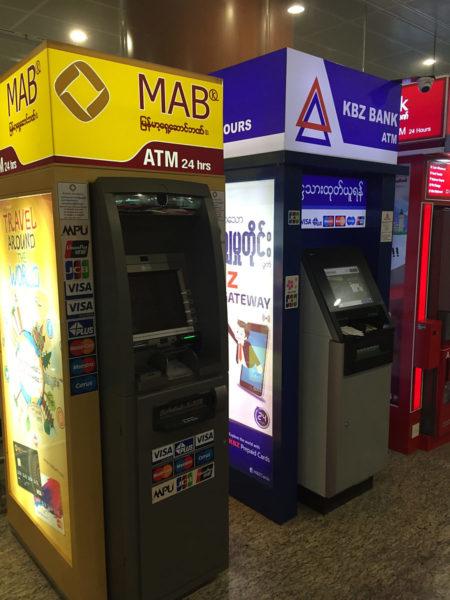 In Myanmar gibt es überall Geldautomaten - hier am Flughafen in Mandalay.