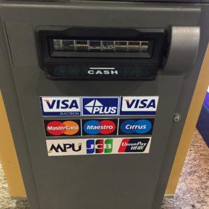 Ein ATM in Myanmar mit den gängigen Kreditkarten-Unternehmen.