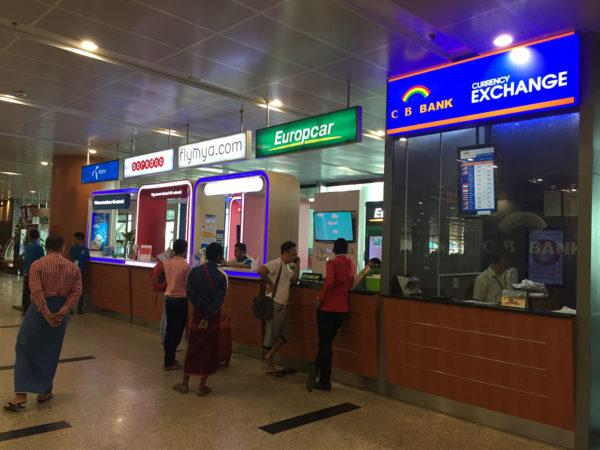 Am Flughafen (hier am Flughafen Yangon) kann man direkt Geld in einer Wechselstube umtauschen. Gerade wenn man hier Bargeld benötigt für das Taxi in die Stadt, bietet sich das hier an.
