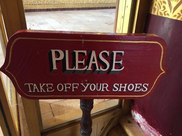 Schuhe ausziehen im Tempel!