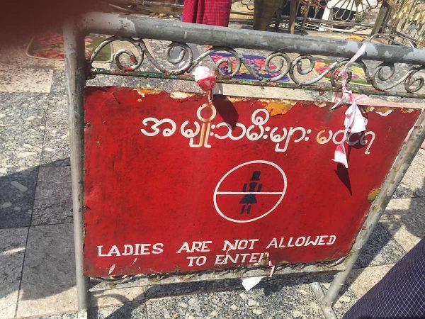 Frauen dürfen bestimmte Bereiche in Tempeln nicht betreten!