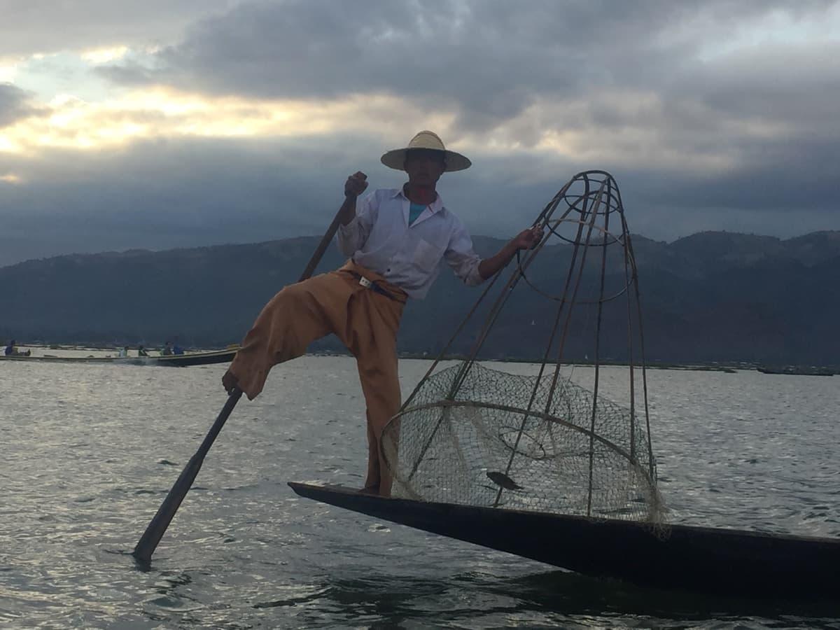 Die bekannten Einbeinruderer vom Inle Lake mit einem Netz zum Sonnenuntergang - berühmt am Inle See. Ihre Rudertechnik ist wohl einmalig auf der Welt.