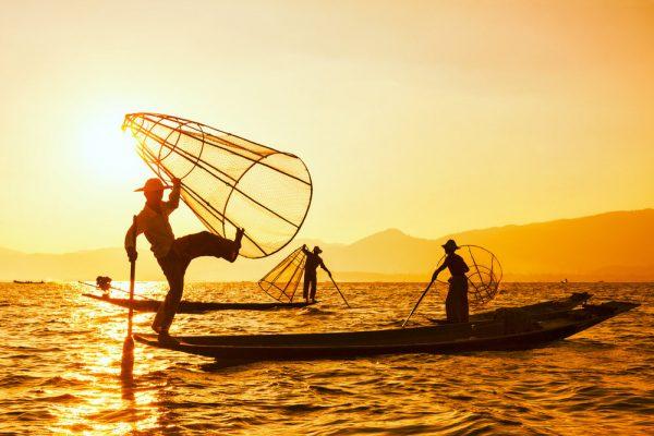 Die bekannten Einbein-Fischer vom Inle Lake! Shutterstock/ Dmitry Rukhlenko