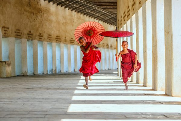 Mönche in Myanmar sieht man täglich! (Shutterstock Tooykrub )