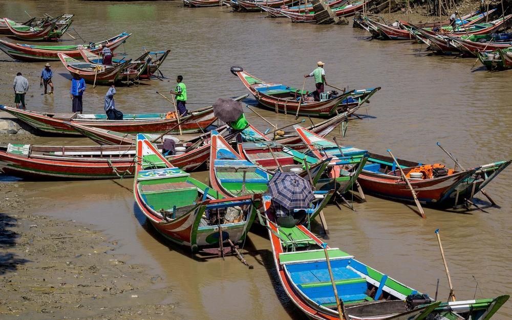 Farbenfroh bemalte Boote im Twante Canal bei Dala, Myanmar