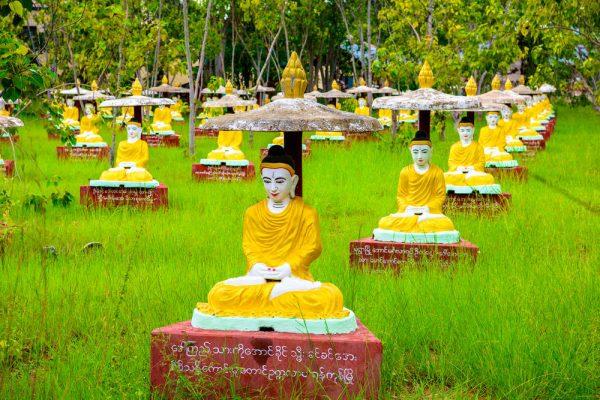 Buddha Statue im Maha Bodhi Ta Htaung, einem Kloster in Monywa Township