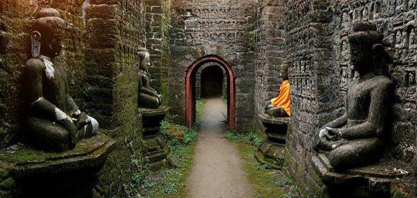 Ein Tunnel mit Buddha Statuen im Kothaung Paya temple in Mrauk-U city, Rakhine state, Myanmar