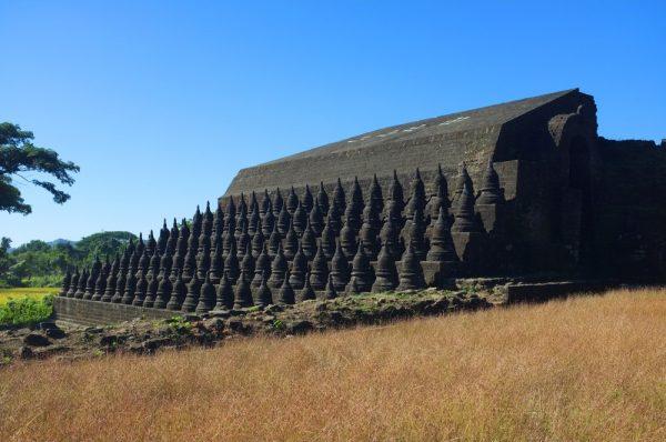 Der Koe-thaung Temple, erbaut von King Min Dikkha in den Jahren 1554-1556 mit seinen 108 Stupas. Shutterstock.com