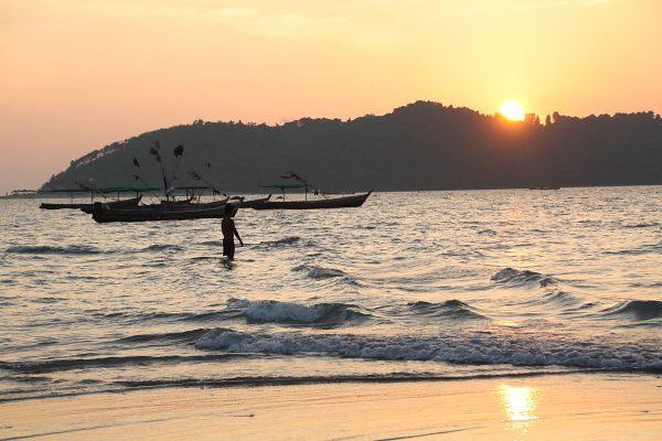 Romantisch wird es am Ngapapali Beach zum Sonnenuntergang.