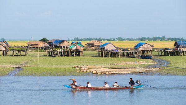Sittwe, Rakhine State, Myanmar: Ein traditionelles Boot auf dem Kaladan River im Rakhine State in Myanmar.