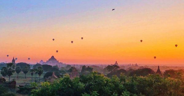 Heißluftballone über Bagan - so kennt man die Tempelanlagen.