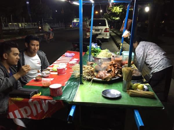 Essen an der Straße in Yangon.