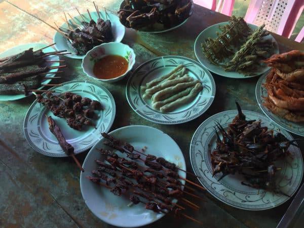 Garküchen verkaufen allerhand außergewöhnliches Essen - z.B. insekten.