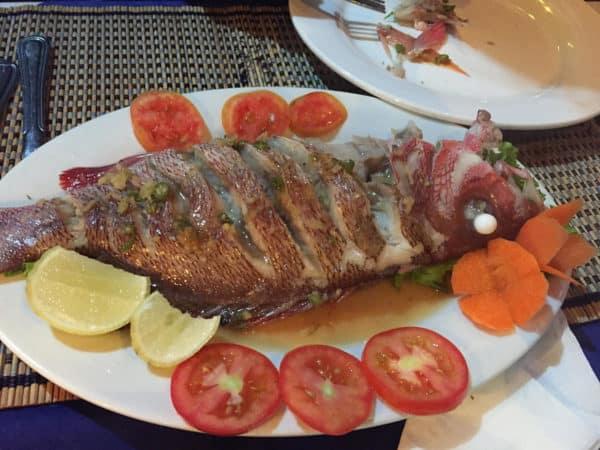 Frisch gebratener Fisch am Ngapali Strand - kosten nur ein paar EUR.