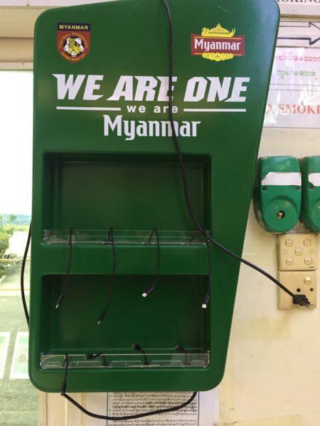 In Myanmar kann man an den Flughäfen kostenlos das Handy aufladen.