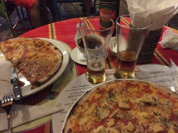 Pizza in Bagan - schweizer haben hier eine Pizzeria eröffnet - die Touristen mögen es.