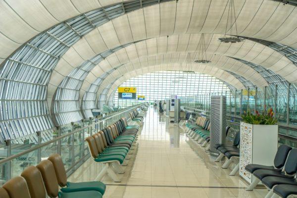 Am Suvarnabhumi Airport gibt es das Visum bei Einreise für 30 Tage kostenlos.