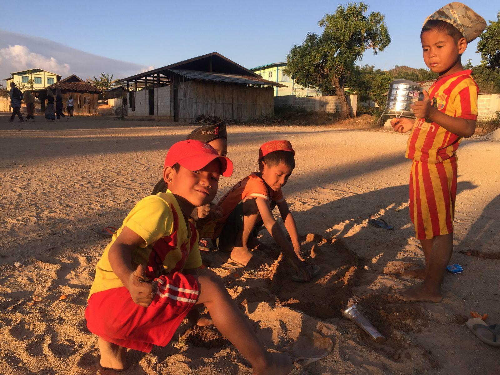Einheimische Kindern beim Spielen in einem der Dörfer auf dem Weg.