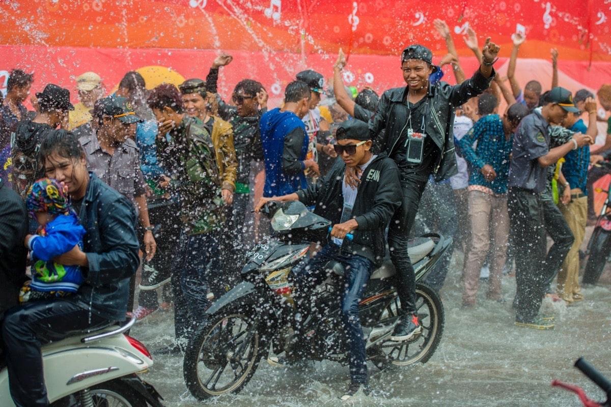 Menschen bei der Wasserparty beim Thingyan-Wasserfest zum Neujahrsfest in Myanmar im Stadtzentrum von Mandalay in Manamar in Südostasien.