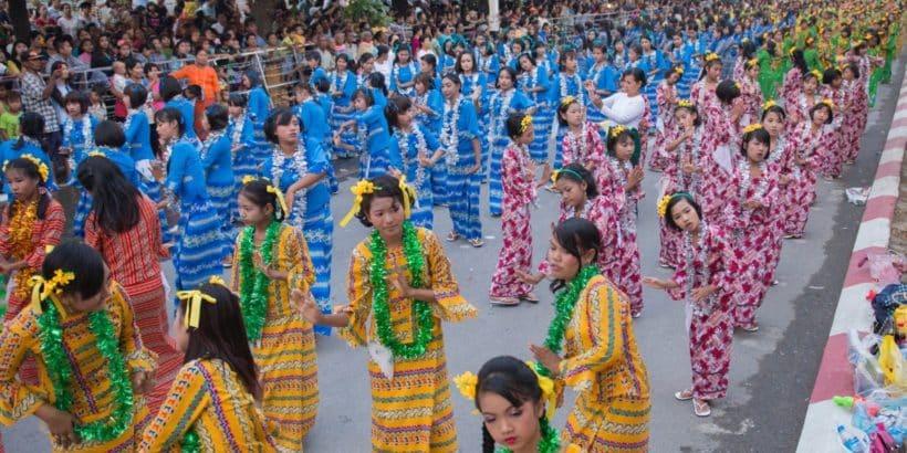 Traditionelle Tänzerinnen beim Thingyan-Wasserfestival zum Neujahrsfest in Myanmar im Stadtzentrum von Mandalay in Manamar in Südostasien.