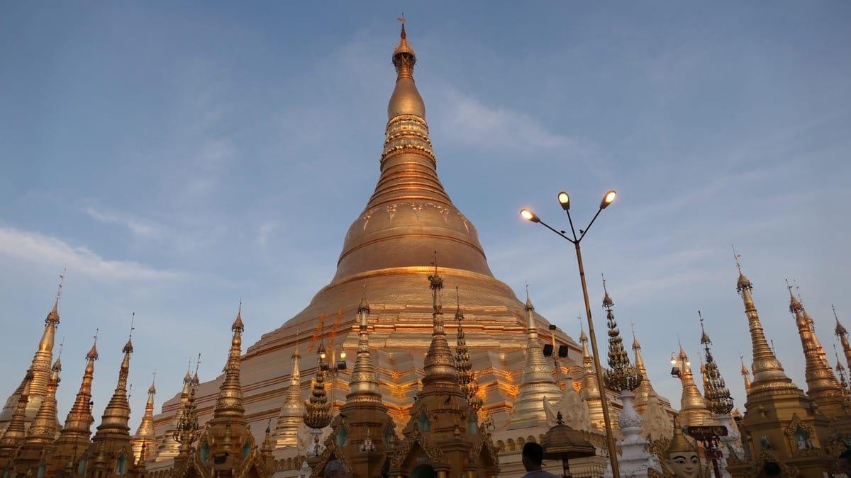 Shwedagon Pagode am Abend vor Sonnenuntergang