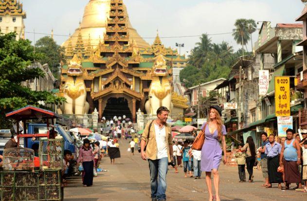 Das Traumhotel Myanmar mit Esther Schweins und Hardy Krüger vor der Shwedagon Pagode in Yangon. (Foto ARD, Oliver Roth)