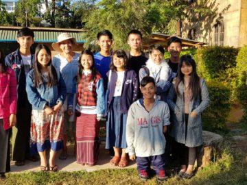 Monika Proksch mit Schülern und Studenten in Myanmar