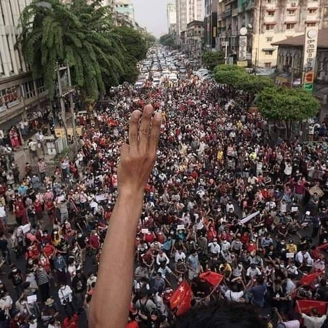Protest in Myanmar: Bedeutungen Rote Schleifen, Dreifingergruß, Töpfe und Pfannen